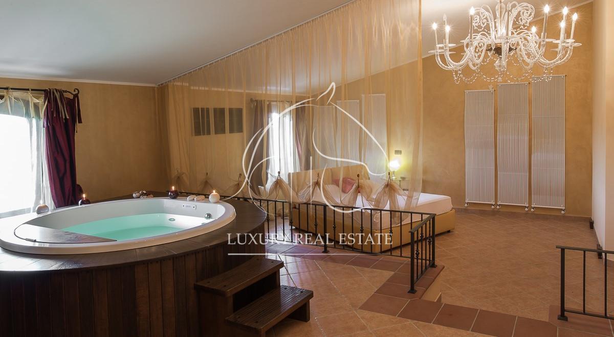 Rif. 214 splendida villa con piscina località Castello (PU)