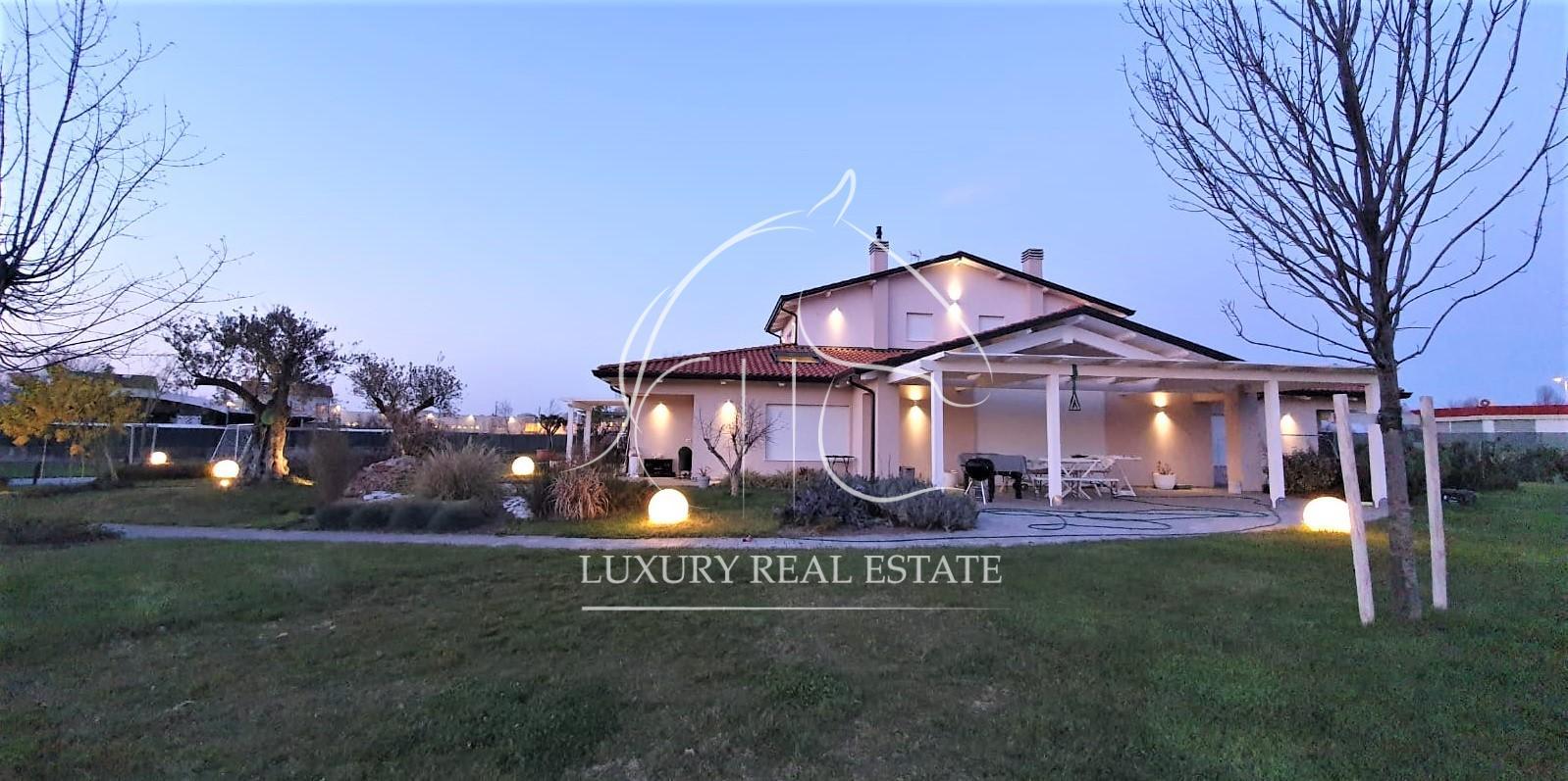 Rif. 291 Villetta unifamiliare con due appartamenti su lotto di mq. 4500 zona Rimini (RN)