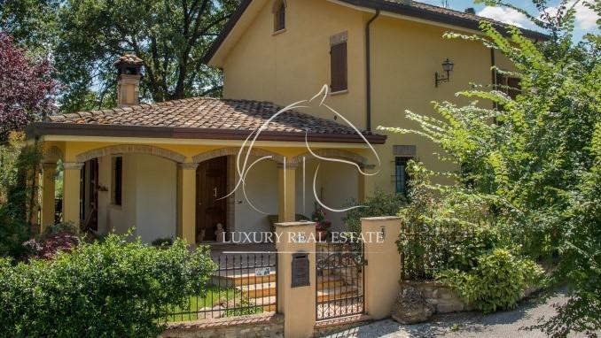 Rif. 176c Prestigiosa villa immersa nel verde con 2h. di terreno zona Montescudo (RN)